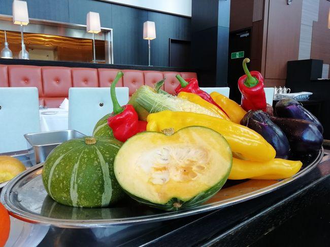 久しぶりのアルモニーアンブラッセ大阪です。今回は友だちとドルチェヴィータのお部屋に泊まります。互いに仕事帰り、夕食を終えてからのチェックインなので、クラブフロアのあるホテルを選ぶのは少しもったいなくて、こちらにしました。<br /><br />【mission】<br />01 『アルモニーアンブラッセ大阪』再訪&奇跡の朝食<br />02 『鮨天寿』でアットホーム晩ごはん<br />03 『アラジン』(実写映画)鑑賞<br /><br />※『鮨天寿』情報過多です。スミマセン笑<br /><br />