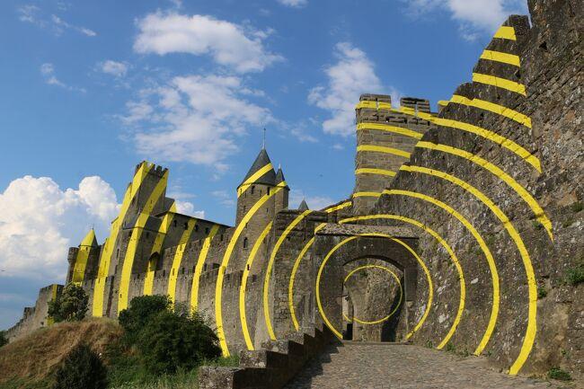 「城塞都市」が好きなので、是非ともいつか<br />カルカソンヌへ行きたいと思い続けていました。<br />丘の上でライトアップされ光り輝く城塞の夜景に<br />悠久のロマンを感じ、憧れのカルカソンヌだったのですが、、、<br />訪れて目にしたのはこの黄色いグルグル~(@_@)<br /><br />これは世界遺産登録20周年を記念した、半年限定のアートなのでした!<br />(『歴史的城塞都市カルカソンヌ』として1997年に世界遺産登録)<br />地元でも賛否両論だったそうで、私もオリジナルの姿を見たかった~と<br />訪問時は思ったのですが、今(2019年3月)となっては良い思い出に☆<br /><br /><br /><br /><br /><br />~・~・~・~・~・~ 旅  程 ~・~・~・~・~・~<br /><br /> 6/28(木) 成田発21:25(TK53)⇒<br /> 6/29(金) イスタンブール着03:35(乗り継ぎ)イスタンブール発08:25(TK1803)<br />       →トゥールーズ着11:15 《トゥールーズ泊》<br /> 6/30(土) *トゥールーズ空港でレンタカーをピックアップ<br />      トゥールーズ→コルド・シュル・シエル→サン・シル・ラポピー <br />                     《サン・シル・ラポピー泊》<br /> 7/01(日) サン・シル・ラポピー→ロカマドゥール 《ロカマドゥール泊》<br /> 7/02(月) ロカマドゥール→コンク→コルド・シュル・シエル <br />              《コルド・シュル・シエル泊》<br />★7/03(火) コルド・シュル・シエル→カルカソンヌ 《カルカソンヌ泊》<br />★7/04(水) カルカソンヌ→アルル 《アルル泊》<br /> 7/05(木) アルル→サン・レミ・ド・プロヴァンス→ルシヨン 《ルシヨン泊》<br /> 7/06(金) ルシヨン→ルールマラン→マノスク(ロクシタン工場)→<br />       ヴァランソル→ルシヨン 《ルシヨン泊》<br /> 7/07(土) ルシヨン→ヴァランソル→ゴルド 《ゴルド泊》<br /> 7/08(日) ゴルド→ソー→ゴルド 《ゴルド泊》<br /> 7/09(月) ゴルド→セナンク修道院→ヴナスク→メネルブ→<br />       エクス・アン・プロヴァンス(*TGV駅でレンタカー返却) <br />               《エクス・アン・プロヴァンス泊》<br /> 7/10(火) エクス・アン・プロヴァンス→マルセイユ空港発17:50(TK1368)⇒<br />      イスタンブール着21:55(乗り継ぎ)<br /> 7/11(水) イスタンブール発01:40(TK52)⇒成田着19:10<br /><br /><br />(旅行時 1ユーロ≒131円)<br />