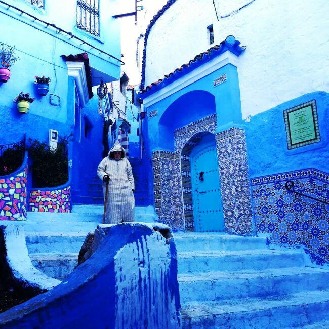 山間の小さな青い村;シャウエン。<br />石畳も、壁も、屋根も、全てが青で塗られた不思議な村。<br />村の人々は崖の岩をくりぬいた家に住み、その岩壁を青く塗り、青の世界で生活している。<br /><br />私が初めてシャウエンの事を知ったのはまだ娘が生まれる前の話。<br />旅行雑誌の小さな記事でアフリカにある不思議な青い村としてシャウエンは紹介されていました。<br />雑誌の写真は2枚程度でたいした情報量も有りませんでしたが、青が大好きな私にとって【青い村】という言葉の響きは媚薬の様に脳へと刷り込まれていきました。<br /><br />そして、あの時から20年以上を経た2018年の冬。<br />2回目のモロッコへの旅で、シャウエンを旅先に組み込んだ私たちは意気揚々とシャウエンの村の中へと乗りこみました。<br /><br />初めて足を踏み入れたシャウエン。<br />そこは、噂通り、壁、扉、石畳、屋根…全てが青く塗られた村でした。<br />でも、青いのは村の建物だけではありませんでした。<br />村に住むヒトも、青でした。<br /><br />ヒトが青い…という表現は正確ではなく、シャウエンの村の中に漂う空気、その空気が青く見えたのです。<br />シャウエンの空気には他の地方とは異なる重い密度があり、まるで瘴気の様にその場所に留まり続け、知らず知らずの内にゆっくりと体の奥底まで染めあげてしまう…そんな空気を感じました。<br /><br />「来たかった場所だったけれど此処は長くは居てはいけない場所。ずっといたら、私が先へと進めなくなる気がする」<br />コレは旅に同行した娘が、青い村:シャウエンを歩きながら呟いた言葉です。<br /><br />シャウエンの何が私達にその様に感じさせたのか。<br />もしかしたら、青い村の周囲に自生する葉(Hashish)がそのような感覚を娘と私にもたらしたのかもしれません。<br /><br />☆★☆2018年末-2019年始 アダルト娘と旅するモロッコ☆★☆<br />【1】別室連行から始まるモロッコ旅:https://4travel.jp/travelogue/11441497<br />【2】知られざるフェズを探して:https://4travel.jp/travelogue/11445658/<br />【3】青の絶景に瘴気の谷を見た:https://4travel.jp/travelogue/11459763<br />【4】もふもふ ネコ歩き:https://4travel.jp/travelogue/11461954<br />【5】黄金の野獣と・・・:https://4travel.jp/travelogue/11548820<br />【6】砂漠の一夜はLuxury♪:https://4travel.jp/travelogue/11556861<br />【7】ディープに味わうモロッコ:https://4travel.jp/travelogue/11624159<br />【8】星降るサハラ:https://4travel.jp/travelogue/11626421<br />【9】ノマドのオンナ:https://4travel.jp/travelogue/11635130<br />【10】砂漠の料理教室:https://4travel.jp/travelogue/11670909<br />【11】真夜中のTea Time:https://4travel.jp/travelogue/11675222<br /><br />      ☆★☆ 旅程 ☆★☆<br />□12/27 成田空港発22時のエミレーツ航空でモロッコへ<br />□12/28 カサブランカ空港着13時 モロッコ国鉄でフェズへ移動<br />□12/29 フェズ1日観光<br />■12/30 シェアチャーター車でシャウエンへ シャウエン観光<br />□12/31 シャウエン観光 シェアチャーター車でフェズへ<br />□1/1  モアイワン・アトラス山脈を越えてメルズーガ砂漠へ<br />□1/2  地元の暮らしを体験し、駱駝で砂漠の真ん中へ<br />□1/3  ノマドのお宅にホームステイ<br />□1/4  駱駝で砂漠を縦断し、Ziz谷へ<br />□1/5  エルラシディア空港9時のモロッコ国営航空でカサブランカへ<br />        カサブランカ空港15時発のエミレーツ航空で日本へ<br />□1/6  成田空港着17時半