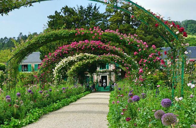 6月 8日(金)<br />晴れ時々曇り<br />フランス・ドライブ 3,236km - #28 : ジヴェルニー、モネ 2つの庭園です。フランス国鉄のストライキのため、全行程、レンタカーでの移動となった今回の旅。モネの邸宅を見学後、「花の庭園」と「水の庭園」、2つのお庭を散策します。特に「水の庭園」は、モネが日本を愛したことが伺える庭園でした。<br /><br />2015年の旅行記(下記)を、併せて見ていただければ幸いです。<br /><br />パリ~ノルマンディ・ドライブ #14 - ジヴェルニー、モネの家と庭園①<br />https://4travel.jp/travelogue/11060861<br />パリ~ノルマンディ・ドライブ #15 - ジヴェルニー、モネの家と庭園②<br />https://4travel.jp/travelogue/11063765<br /><br />表紙の写真は、ツル薔薇のアーチが連なるモネの邸宅前の「花の庭園」です。素敵ですねぇ!庭師が手入れしているので、道の両側には色とりどりのお花が植えられていました。<br /><br /><参考サイト><br />ジヴェルニー - フランス - France.fr<br />https://jp.france.fr/ja/normandy/article/47657<br />ジヴェルニー | Giverny | BonVoyage<br />http://www.bonvoyage.jp/villages/giverny/<br />モネの家 - Fondation Claude Monet<br />http://fondation-monet.com/ja/giverny-3/モネの家/<br />ジベルニー「モネの家と庭園」行き方・入場料・情報ガイド |Jams Paris<br />https://jams-parisfrance.com/info/giverny_claudemonet/<br />モネの家編:モネの庭園自体が、天才芸術家の作品だった!?<br />https://asm.asahi.com/article/11812378<br /><br />以下、フランス・ドライブ 3,236km の7泊9日の旅程です。<br /><br />6/01 (金) 羽田 22:55 発 AF293 → パリCDGへ<br />6/02 (土) パリCDG 04:30 着<br />(AVISレンタカー シトロエン ディーゼル車)<br />パリCDG → オーセール(198km、1時間52分)<br />□ #1 https://4travel.jp/travelogue/11369048<br />オーセール → ヴェズレー (50km、50分)<br />□ #2 https://4travel.jp/travelogue/11371707<br />ヴェズレー → ボーヌ (118km、1時間7分)<br />□ #3 https://4travel.jp/travelogue/11372987<br />ボーヌ → リヨン泊(156km、1時間23分)<br />(当初、パリCDG→リヨン間は、TGVで2時間)<br />6/03 (日) リヨン<br />□ #4 https://4travel.jp/travelogue/11374939<br />リヨン → アヌシー (138km、1時間28分)<br />□ #5 https://4travel.jp/travelogue/11376396<br />□ #6 https://4travel.jp/travelogue/11377504<br />アヌシー → クレルモン・フェラン泊(303km、2時間46分)<br />□ #7 https://4travel.jp/travelogue/11381443<br />6/04 (月) クレルモン・フェラン <br />□ #8 https://4travel.jp/travelogue/11387180<br />クレルモン・フェラン→ ミヨー橋 (225km、2時間)<br />□ #9 https://4travel.jp/travelogue/11389035<br />→ モンペリエ空港 (AVISレンタカー 車両交換、フィアット ガソリン車へ)→ アルビ泊<br />(ミヨー橋からコンク訪問は、翌日リベンジ) <br />6/05 (火) アルビ<br />□ #10 https://4travel.jp/travelogue/11394021<br />アルビ → コルド・シュル・シエル