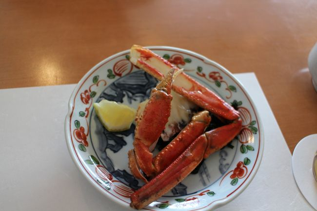 梅田で蟹を食し、その後は食堂街で立ち飲みをしました。梅田近辺は、高級な食材が揃うお店から庶民的なお店まで、数と質が豊富です。上を電車が走る音を聞きながらの食堂街は、独特の雰囲気があります。
