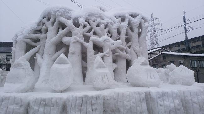 2月15日(金)から第70回十日町雪祭りが始まりました。毎年我が家が楽しみにしているお祭り、そのメインイベントは街外れのイベントスペースに巨大な雪と氷のステージを組み上げて行うショー。下の写真は一昨年のステージ、かなりのスケールです。ここで入場無料のパフォーマンスが繰り広げられます。昨年の記事はこちら<br /><br />http://edamann.net/2018/01/19/%e5%9b%9b%e5%ad%a3%e3%82%92%e9%80%9a%e3%81%97%e3%81%a6%e6%a5%bd%e3%81%97%e3%82%80%e6%b9%af%e6%b2%a2%ef%bc%9c%e5%86%ac%e3%81%ae%e3%82%a4%e3%83%99%e3%83%b3%e3%83%88%e7%b7%a8%ef%bc%9e%e3%80%80enjoying-e/<br /><br />ところが今年は・・・
