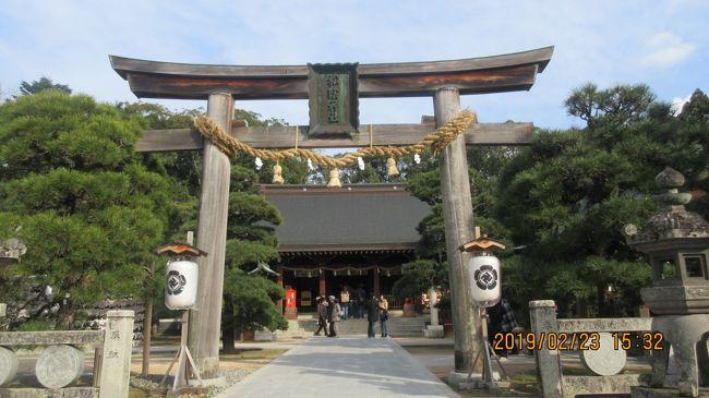 山口県と言うと ???。萩城下町・松陰神社と言えば・・・幕末・明治維新の歴史を観ると納得します。旅行社のツアーに参加しました。羽田を朝便でテイクオン。お昼には「萩・岩見飛行場」に到着。ローカル便には久しぶりです。10年位前以来になりますか・・・。ご当地に訪れるのも7年ぶりになるでしょう。ツアー旅行は個人のフリーとは違って良いところも沢山ありますが勝手はできません。<br />「萩・石見空港」では「石見神楽」の衣装を着た「舞子」の歓迎を受けました。萩城下町・松陰神社を観光して幕末の明治維新を回顧しました。<br /><br />表紙の写真は「松陰神社 鳥居」です。 3回目になりますが変わってはいませんね、当然のことですが・・・。