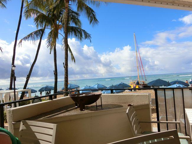 前回のハワイ旅から、7か月。<br />大好きなハワイに行ってきました(^O^)<br /><br />今回の旅は、申込んでみようかな?と思った瞬間に、希望のツアーはキャンセル待ちに。<br />行けたらラッキーと思うことにしようとキャンセル待ちに入れたものの、行きたいなと期待してしまう(>_<)<br />なかなか確約にならず、諦めるべきかなと思ったころに、参加の確約のお知らせが参りました。<br /><br />ハワイに行ける!と喜びながら、初冬ハワイ。<br />ハワイといえば、青い空、青い海!泳げる!!?<br /><br />ん?冬の2月ハワイって泳げるのかな?泳げないのかな?<br />青い空、青い海に出会えるのかな?<br />寒くないのかな?<br /><br />情報はたくさんあるのに、調べれば調べるほど、分からなくなり、<br />よく分からないまま、出発の日を迎えました。<br /><br />結果、泳げたのか、冬ハワイはどうだったのか、<br />また冬ハワイに行きたいと思うのか、<br /><br />これから旅する皆さまのお役に立てたら嬉しいです♪<br /><br />まずは、1日目。<br />到着後は、お土産を購入するため、アラモアナへ!<br />モアナ・サーフライダーにチェックインし、まさかのまたアラモアナへ!<br /><br />今回はいつもより短い初3泊5日ですが、<br />購入しなければならないお土産はいつもと変わらずたくさんです(笑)