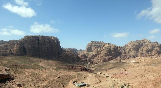 約2週間かけて、ゆったりと4か国を回ってきました。<br />国間の移動は全て空路を利用しています。<br /><br /><ダイジェスト><br />・難しいと言われているイスラエル入出国(ベン・グリオン空港 から)<br />・ヨルダンペトラ遺跡でお約束のぼったくりに合う<br />・ドバイ砂漠リゾート満喫<br />・オマーンのグランドキャニオンと言われている秘境リゾート滞在<br /><br /><旅程><br />2/4 羽田空港→ドバイ国際空港→クィーンアリア国際空港(ヨルダン)→ペン・グリオン国際空港(イスラエル) エルサレム泊<br />2/5 エルサレム観光(マサダ要塞/エン・ゲディ国立公園/死海) エルサレム泊<br />2/6 エルサレム旧市街観光 エルサレム泊<br />2/7 ペン・グリオン国際空港→クィーンアリア国際空港 ←☆ココ<br />アンマン観光(アジュルン/ジェラシュ) アンマン泊  ←☆ココ<br />2/8 アンマン観光(ペトラ遺跡) アンマン泊 <br />2/9 クィーンアリア国際空港→ドバイ国際空港 ドバイ泊<br />2/10 ドバイ砂漠リゾート ドバイ泊<br />2/11 ドバイ砂漠リゾート ドバイ泊<br />2/12 ドバイ国際空港→バーレーン国際空港 <br />バーレーン半日観光 バーレーン泊<br />2/13バーレーン国際空港→マスカット国際空港(オマーン) オマーン泊<br />2/14中東のグランドキャニオンにあるリゾート オマーン泊<br />2/15中東のグランドキャニオンにあるリゾート オマーン泊<br />2/16マスカット国際空港→ドバイ国際空港 ドバイ泊<br />2/17ドバイ市内観光<br />2/18ドバイ国際空港→羽田空港<br /><br /><br /><宿泊ホテル><br />Herbert Samuel Jerusalem Hotel(イスラエル<br />The House Boutique Suites(ヨルダン<br />The Ritz-Carlton Ras Al Khaimah, Al Wadi Desert(ドバイ<br />Fraser Suites Seef Bahrain(バーレーン<br />Alila Jabal Akhdar(オマーン<br />Rose Rayhaan by Rotana(ドバイ