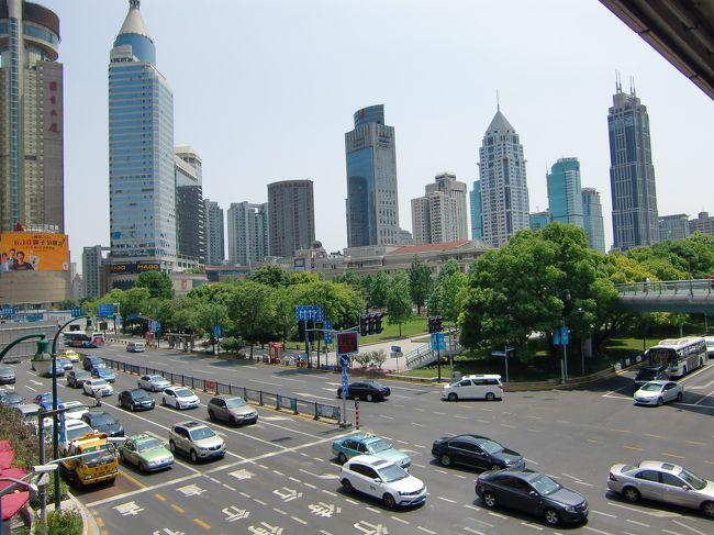 2017年中国街歩き第一弾。<br />湖北省武漢に赴任になった元上司を訪ねたあとは第2の故郷、上海へ。午前中はフランス租界地区をお散歩がてら、ず~~~っとどうしても欲しかった「Feiyue」の靴を購入。中国人には「私たち子どもの頃の運動靴なんてほしいの!?」と理解できない様子。そして予定外に2足購入後、いったんホテルに戻ってから友人との待ち合わせ場所、人民広場ラッフルズシティへ。