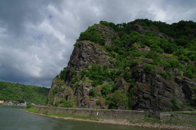 リューデスハイムの船着き場からザンクトゴアールまでの数時間の両岸に見え隠れする古城や奇岩や小さな集落・町の風景を紹介します。<br /><br />表紙の写真は「ローレライの歌」で名高い難所ローレライです。ここに乙女があらわれ美しい歌声で船乗りたちを惑わせ船が難破し、彼らの命が失われたという伝説の岸壁「ローレライ」です。リューデスハイムの船着き場から1時間半でした。<br /><br />両岸に美しい、ロマンティックな風景が次から次へと現れる60kmほどを、写真を撮りっぱなしでした。