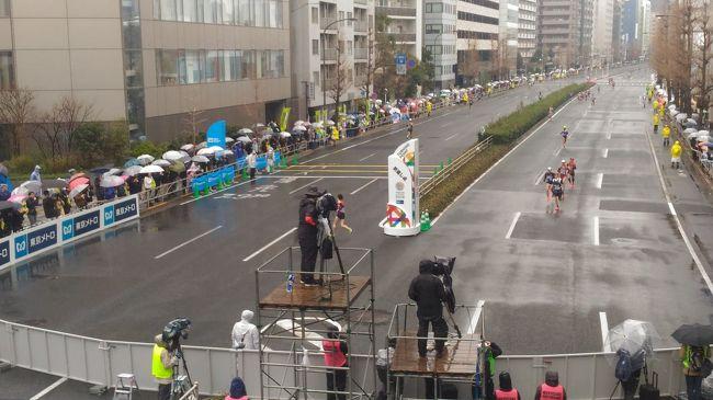 朝から冷たい雨が降っていた。<br />今日は、東京マラソン<br /><br />TVを見て応援していたが、アプリの「応援navi」で<br />大迫選手の走行位置をリアルタイムで追っていると<br />無性にLiveで見たくなり部屋を飛び出した。<br /><br />選手には最も恐れられる 魔の35キロ過ぎ。<br />高輪の折返しでトップ集団を待つ。<br /><br />アプリ上の大迫選手は29キロ地点 もうすぐ...。<br />しかし二度とその位置が変わることはなかった。<br /><br />「人生万事塞翁が馬」<br />誰もが迎える折り返し地点<br /><br />乗り越えて行こう。粛々と