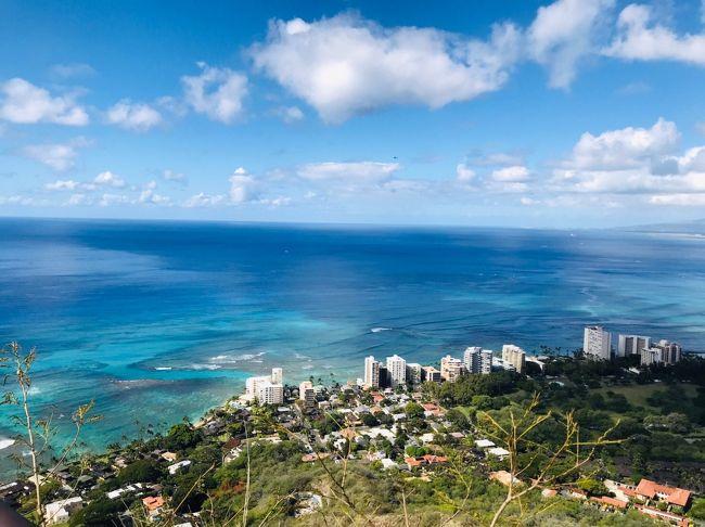 2019.2.12 4日目<br />今回ハワイ旅のメインイベントといっても過言ではない<br />ワイキキのシンボル的存在 ダイヤモンドヘッド登頂!<br /><br />ハワイ5回目にして初!<br />4人中3人が初めての登山!<br />いつも見るだけなので、1回ぐらいは登ってみようという事になりました。<br /><br />さすがに日の出の時間は無理でしたが、早朝スタートの登山は、日差しもあってそれなりに暑いけど登りやすかった方ではないかな~と思います。<br /><br />山頂から見る美しい景色は最高!<br />登ってみなければわからないハワイの楽しみがまた増えました。<br /><br />もちろん登ったあとのご褒美スイーツがまた楽しみなのです(*^_^*)<br />そして最終日の夜は、豪華ディナーです。<br />