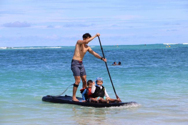 60代夫婦と息子家族3組、大人8名、子ども5名(1歳~6歳)の合計13名の大所帯。<br /><br />こんな中途半端な時期にみんなのスケジュールが合い、ハワイへ行くことに。<br /><br />遊び大好き家族が、インフレータブルのサップ2台、サーフィン2台、シュノーケルセット4組、テニスラケット4本を携えての旅行となりました。<br />