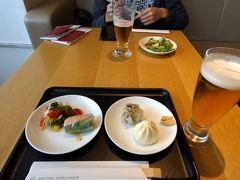 長男と行くハワイ3泊 成田空港 JALサクララウンジその1 ダイニングエリア 美味しいお料理とお酒を楽しみます