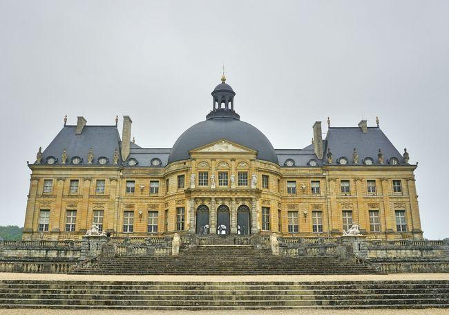 6月 9日(土)<br />晴れ時々曇り<br />フランス・ドライブ 3,236km - #29 : パリ日帰り、ヴォー=ル=ヴィコント城です。完結編になります。フランス国鉄のストライキのため、全行程、レンタカーでの移動となった今回の旅。最終日は午前中、セーヌ=エ=マルヌ県にある17世紀のバロック様式の城、ヴォー=ル=ヴィコント城を訪れます。<br /><br />表紙の写真は、ルイ14世の大蔵卿ニコラ・フーケによって建てられた「ヴォー=ル=ヴィコント城」です。フーケは当時最高の芸術家である建築家のル・ヴォー、画家のル・ブラン、造園家のル・ノートルを招いて建設にあたらせたそうです。このお城は後に、ヴェルサイユ宮殿のモデルとなりました。<br /><br /><参考サイト><br />ヴォールヴィコント城の行き方・夏の花火夜景イベント情報ガイド<br />https://jams-parisfrance.com/info/chateauvauxlevicomte_info/<br />ヴォー=ル=ヴィコント城<br />http://www.mmm-ginza.org/museum/serialize/mont-back/1010/montalembert.html<br />納得!意外? ヴェルサイユ宮殿のモデル ヴォー・ル・ヴィコント城<br />https://parismusee.exblog.jp/10669295/<br />https://parismusee.exblog.jp/10669835/<br /><br />以下、フランス・ドライブ 3,236km の7泊9日の旅程です。<br /><br />6/01 (金) 羽田 22:55 発 AF293 → パリCDGへ<br />6/02 (土) パリCDG 04:30 着<br />(AVISレンタカー シトロエン ディーゼル車)<br />パリCDG → オーセール(198km、1時間52分)<br />□ #1 https://4travel.jp/travelogue/11369048<br />オーセール → ヴェズレー (50km、50分)<br />□ #2 https://4travel.jp/travelogue/11371707<br />ヴェズレー → ボーヌ (118km、1時間7分)<br />□ #3 https://4travel.jp/travelogue/11372987<br />ボーヌ → リヨン泊(156km、1時間23分)<br />(当初、パリCDG→リヨン間は、TGVで2時間)<br />6/03 (日) リヨン<br />□ #4 https://4travel.jp/travelogue/11374939<br />リヨン → アヌシー (138km、1時間28分)<br />□ #5 https://4travel.jp/travelogue/11376396<br />□ #6 https://4travel.jp/travelogue/11377504<br />アヌシー → クレルモン・フェラン泊(303km、2時間46分)<br />□ #7 https://4travel.jp/travelogue/11381443<br />6/04 (月) クレルモン・フェラン <br />□ #8 https://4travel.jp/travelogue/11387180<br />クレルモン・フェラン→ ミヨー橋 (225km、2時間)<br />□ #9 https://4travel.jp/travelogue/11389035<br />→ モンペリエ空港 (AVISレンタカー 車両交換、フィアット ガソリン車へ)→ アルビ泊<br />(ミヨー橋からコンク訪問は、翌日リベンジ) <br />6/05 (火) アルビ<br />□ #10 https://4travel.jp/travelogue/11394021<br />アルビ → コルド・シュル・シエル<br />□ #11 https://4travel.jp/travelogue/11394577<br />コルド・シュル・シエル → コンク <br />□ #12 https://4travel.jp/travelogue/11397944 <br />□ #13 https://4travel.jp/travelogue/11400330 <br />コンク → アルビ<br />□ #14 https://4travel.jp/travelogue/11403061<br />アルビ → トゥールーズ泊 (75km、42分)<b