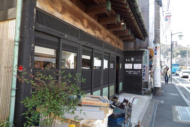 由比ガ浜通りの長谷観音参道手前にある古民家は、レストランに改装中である。今月(3月)14日に「長谷 紫 - ゆかり -」としてオープンする。この店は北鎌倉の明月院通りある店と同様国産牛頬肉のビロード煮がメニューで、鎌倉・三浦半島の新鮮なお野菜が売りだ。<br />(表紙写真はレストラン「長谷 紫 - ゆかり -」に改装中の古民家)