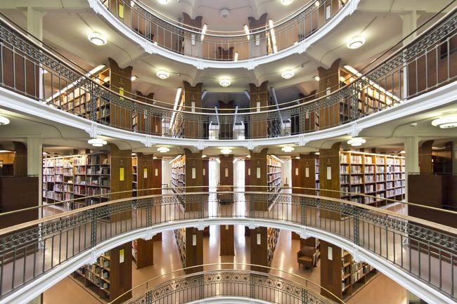 ヘルシンキ市街の中心地で歩いてまわれる図書館を3件ハシゴ。<br />3件ともそれぞれ距離が近いので半日で見て回れました。<br /><br />スタート地点はヘルシンキ地下鉄のヘルシンキ大学駅。<br />一件目:ヘルシンキ大学中央図書館<br />二件目:フィンランド国立図書館<br />三件目:リクハルディンカトゥ図書館<br />おまけ:オープン前のヘルシンキ中央図書館oodi<br /><br />感覚としては半日でまわった気でいましたが、5月のフィンランドは日が長いので半日以上かかってたかもしれません。<br /><br />実際にまわった三件とも隅々まで美しいスキのない綺麗な図書館でした。