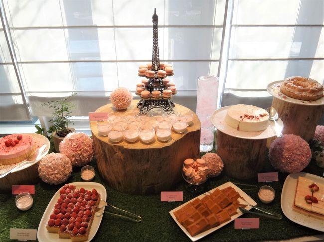 毎年恒例のお花見シーズン♪桜のこの時期にしか味わえないイベントへ。<br /><br />東京・六本木『グランド ハイアット 東京』&『ザ・リッツ・カールトン東京』<br />のアフタヌーンティーセットをいただきました。<br /><br />◇ 東京・六本木『グランド ハイアット 東京』2F【フレンチ キッチン】の<br />「桜&ストロベリー アフタヌーンティー」ブッフェ<br /><br />スイーツやセイボリーが食べ放題!<br /><br />世界中から厳選された高品質な有機素材にこだわるロサンゼルス発の<br />プレミアムオーガニックティーブランド「ART OF TEA」社より、<br />今回のアフタヌーンティーのためにセレクトした紅茶とともに<br />お楽しみください。 <br /><br /><料金><br />平日 3,800円、土日祝 4,200円、シャンパン1杯付き 5,800円<br />別途消費税、サービス料 15%かかります。<br /><br /><開催期間><br />2019年3月11日~4月8日まで<br /><br />◇ 東京・六本木『ザ・リッツ・カールトン東京』45F【ザ・ロビーラウンジ】の<br />「桜アフタヌーンティー」<br /><br />この季節だけの桜の紅茶をはじめとする全13種類の紅茶セレクションから、<br />お好みのフレーバーをお選びいただけます。<br />桜の花びら、香り、色、そして味わいと、まさに五感で楽しめる<br />スイーツをご堪能いただけます。また、セイボリーは桜の花に加え、<br />旬の桜エビやチェリージャムも美味しいアクセントです。<br /><br /><料金><br />〇 ヘヴンリーティー 4,800円<br />〇 ザ・リッツ・カールトン東京アフタヌーンティー 7,350円<br />別途消費税、サービス料 16%かかります。<br /><br /><開催期間><br />2019年3月14日~4月30日まで<br /><br />前回のお花見シリーズはこちら↓<br /><br />&lt;桜・お花見★ 都内の最新グルメ・高級ホテルでランチ、<br />アフタヌーンティー ① フランス・パリ発のチョコレート専門店<br />【ル・ショコラ・アラン・デュカス 東京工房】が日本橋に上陸で<br />併設のカフェも混雑! メニュー、チョコのお値段もご紹介♪ <br />2018年3月9日『ザ・リッツ・カールトン東京』45階に<br />【アジュール フォーティーファイブ】、【タワーズ】、<br />【ラ・ブティック】がオープン! 『マンダリン オリエンタル 東京』、<br />ここでしか味わえない「GODIVA」のカフェ【アトリエ ドゥ ゴディバ】<br />西武池袋本店&gt;<br /><br />https://4travel.jp/travelogue/11341927<br /><br />&lt;② 2018年1月22日に『ハイアット セントリック 銀座 東京』が<br />オープン! オールデイダイニング【NAMIKI667】でランチ、<br />ハッピーアワーのある【ナミキ667ラウンジ&バー】、<br />【俺のベーカリー&amp;カフェ】銀座店限定メニュー、<br />【bills(ビルズ)】銀座限定のスパークリングワイン付き<br />アフタヌーンティーセットをいただきました&gt;<br /><br />https://4travel.jp/travelogue/11343087<br /><br />&lt;③ 2018年も開催! 桜の期間限定『アンダーズ東京』52Fの<br />【ROOF TOP BAR(ルーフトップバー)】での<br />「お花見アフタヌーンティー at さくらガーデン」に行ってきました♪<br />シャンパン「ペリエ・ジュエ」もキラリ☆彡 満開の桜の木の下で<br />東京タワー&東京湾のパノラマビューを眺めながら<br />アルコールフリーフローを堪能 (^^♪&gt;<br /><br />https://4travel.jp/travelogue/11343088<br /><br />&lt;④ 2018年3月19日に新宿『小田急ホテルセンチュリーサザンタワー』<br />の【サザンタワーダイニング】がオープン! <br />20階にあるレストランフロアがリニューアル!! <br />『パーク ハイアット 東京』の52階【ニューヨーク グリル】&<br />【ニューヨーク バー】のメニュー、ランチブッフェ、眺望♪<br />【ピーク ラウンジ】&【ピーク バー】、<br />六