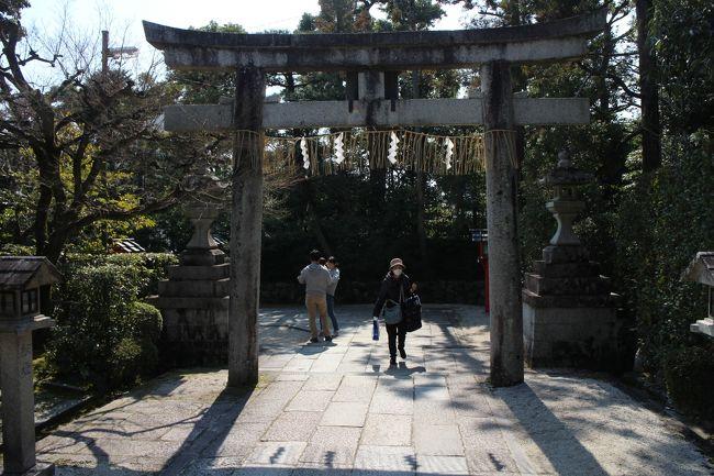 わら天神さんは、金閣寺から歩いて十分足らずです。咲耶木花姫の尊をご本神とし、安産の神様だそうです。道理で、安産祈願の人たちで行列ができていました。そこからまた歩いて十五分ほど、堂本印象画伯の美術館があります。市バスでは終点の立命館大学前です。