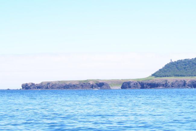 北海道・知床と川湯温泉旅行2日目。<br />猛暑の関西を抜け出して、束の間の避暑旅行でした(笑)<br />2日目のメインは、知床半島クルーズ!<br />一番見たいのは国後島。<br />生まれて初めて日本の端っこを目にします。<br />その後は摩周湖~弟子屈へ。<br />最終日は乗馬体験もしました。<br /><br />2018年8月6日、大阪空港発女満別空港着<br />6日・・網走で昼食、ウトロまでドライブ、知床五湖散策、ウトロの民宿泊<br />7日・・知床半島クルーズ、摩周湖までドライブ、屈斜路湖近くのペンション泊<br />8日・・川湯温泉で乗馬体験、女満別空港までドライブ、大阪へ