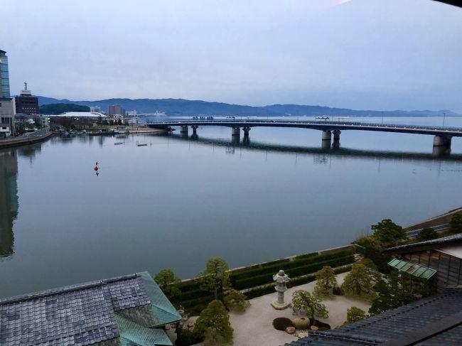 JALのマイル消化も兼ねて、ずっと行きたいと思っていた出雲大社に行ってきました。<br /><br />はじめは出雲空港から近い湯の川温泉に宿泊しようと思っていたのですが、折角なら松江観光も入れたいと思い、レンタカーなしでも交通の便がよい松江しんじ湖温泉に泊まって、出雲大社には一畑電車で行くことにしました。<br /><br />折角の松江。風情ある宿に連泊したかったので、口コミもよく部屋に素敵なお風呂の付いた皆美館のモダンルームに決定。<br />評判通りお部屋もお料理も良く、女将のおもてなしを感じられる上品な宿でした★<br /><br />出雲大社を訪れた日は雨だったのですが、「雨の方がご利益がある。」と現地の方数名に言われました。<br />雨の日は神様が外に出ずに本殿で留守番されるから、とのことでした。<br />また、神様は雲に乗って移動されるため、雲が多い方が良いとも聞きました。<br /><br />念願の出雲大社はもちろんですが、情緒ある松江の町並みを夫が特に気に入って大満足の小旅行でした。
