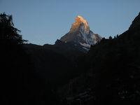 朝のマッターホルンと登山鉄道