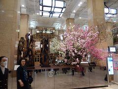 日本橋高島屋本館の玄関前のフロント飾りを見る