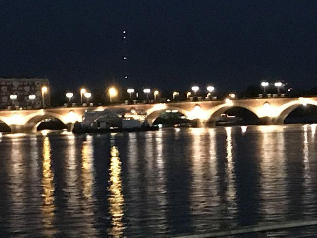 3日後にはTGVにてParisへ向かうので、Bordeauxの駅前に宿をとりましたが、トラムがとても便利でブルス広場や市内中心部へのアクセスも良好です。<br /><br />夏のヨーロッパは日が長いので一度ホテルへ戻り夕食後に夜景のプラス広場へ<br /><br />