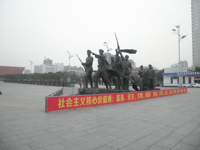 今回の武漢の旅で印象深く、珍事件も起こりました「辛亥革命博物館」。<br />ここの特徴は現在の中国成立の近代史を正確に正直に伝える施設で有る事です。<br />特に驚いたのは、辛亥革命に於いて日本と日本人が多くの協力をし、犠牲者も出している事を伝えている事でした。<br />孫文先生が日本で組織した革命組織が今の中国を創り上げたという事と併せて両国の友好の歴史が取り上げられています。<br />是非、武漢にお越しの際はご覧になられると良いと思います。地下鉄からのアクセスも良好です。<br />尚、入場は無料ですが、身分証の提示義務が有ります。<br />パスポートの携帯をお忘れ無く。<br /><br />……一年後に追記…<br />珍事件どころではなく、大変な事になって仕舞いました。<br />武漢はとても良い街です。親日的な街で今回の疫病でも日本人の留学生が多数帰国困難になりました。<br />賛否両論あるかと思いますが、対岸の火事とは思わずに火消しにご協力下さい!<br />何だかんだ言ってもこうした災難に対応出来るのは日本人だと思います。<br />既に中国政府からも最大限の感謝の意が発表されています。<br />末尾に写真追記します。