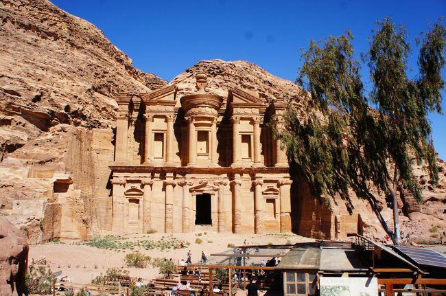 ヨルダンのアンマンから入ってペトラ遺跡、死海、エルサレムへ行き、またヨルダンから帰る現地5泊の旅行をしてきました。帰ってからたまたまテレビでインディージョーンズ最後の聖戦をみたのですが、シークから覗く宝物殿は映画そのままでした。<br /><br />ペトラ遺跡は日陰は涼しかったですが、日向に出ると暑かったです。景色がちゃんとみたくてメガネをかけていたのですが、帰りはたまらずサングラスをかけました。<br />800段分くらい登るエド・ディルまでの道のりは日陰が少ないので、熱射病になりかけました。道は長いですがお土産やさんもところどころにあり、飽きません。到着したら撮影どころでなく、飲み物などが買える売店の日陰のベンチで体を冷やしました。落ち着いてからもう少し上の展望エリアまで行き、国境も見える広大な景色を堪能しました。<br /><br />死海は雨のせいか濁っていて、千葉の海と言われてもわからないくらいの写真しか撮れませんでした。イスラエル側は綺麗みたいなので、いつかリベンジしたいです。死海にはトータル30分くらいしか浸かっていなかったので、あとはプールで遊んでいました。<br /><br /><br />▼気温と服装<br /><br />行きの飛行機・アンマン 16度晴れ:五分袖ワンピ、カーディガン、レギンス、ライトダウン<br />ペトラ遺跡 15度快晴:半袖、薄手のパーカー、ストレッチジーンズ、帽子<br />ネボ山と死海 24度晴れのち曇り:袖ドレープニットとストレッチジーンズ