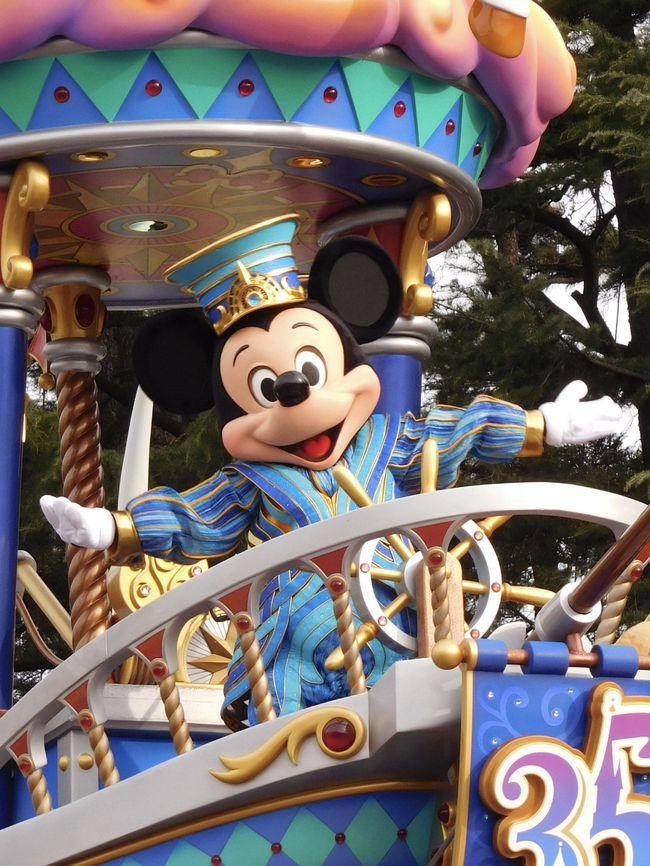 2019年3月25日。<br /><br />その日はディズニーファン・・・いえ、ミッキーファンとミニーファンにとって胸を締めつけられるような日であったことは間違いないでしょう。<br /><br />というのも、世界中のディズニーパークではミキミニのお顔がどんどん変更され、唯一東京ディズニーリゾートだけが今の凛々しいミッキーと小悪魔ミニーのお顔で運営されていました。<br /><br />2月末にシーの新しいイースターショーのイメージイラストが発表され、そのイラストのミキミニは世界標準のちょっととぼけたお顔に近い雰囲気だったのです。<br /><br />35周年イベント最終日の今日を最後に今のミキミニが見られなくなるかもしれない!と熱心なミキミニファンは戦々恐々。<br /><br />結果、春休みの人出と相まってパークは大混雑!<br /><br />個人的にはドリーミング・アップ!(以下ドリミ)のグランドフィナーレスペシャルバージョンの停止モードを見るのが最優先事項だったのですが、お顔変更の影響はシーのビッグバンドビート(以下BB)で顕著でした。。。<br /><br />それでは、踏んだり蹴ったりの【年パス日記】スタートです!