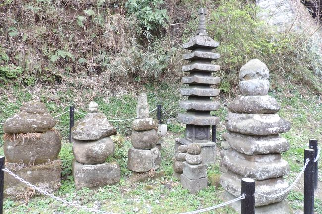 これまで、「国指定史跡 伝上杉憲方墓」は打ち捨てられて来た。東日本大震災(平成23年(2011年))以来、落下して3つに割れてしまった相輪の修復には何と3年半も掛かった。<br /> 久しぶりに伝上杉憲方墓を訪れた。柵で囲まれ、史跡らしくなっている。また、朽ち果てて落下してしまっていた史跡看板も新しくなっていた。ようやく、岸指定史跡の一般的な扱いになってきた。<br />(表紙写真は伝上杉憲方墓)