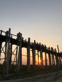 ミャンマー7  アマラプラ ウーベイン橋 へ  橋渡す 板の隙間で サンセット