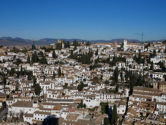 アルハンブラ宮殿の1番の見所ナスル宮殿の見学を終えて次に向かったのはアルカサバ。<br />華麗なナスル宮殿とは違って無骨な軍事要塞だった場所。<br />要塞は土台が残っているだけなので見所とは言い難い。<br />アルカサバの見所はなんといっても景色!<br />旧市街も見えるしアルバイシン地区もよく見える。<br />そしてその次は少し歩いてヘネラリーフェ庭園へ。<br />ここはちょっと離れていた。<br />詳しくは旅行記をどうぞ。