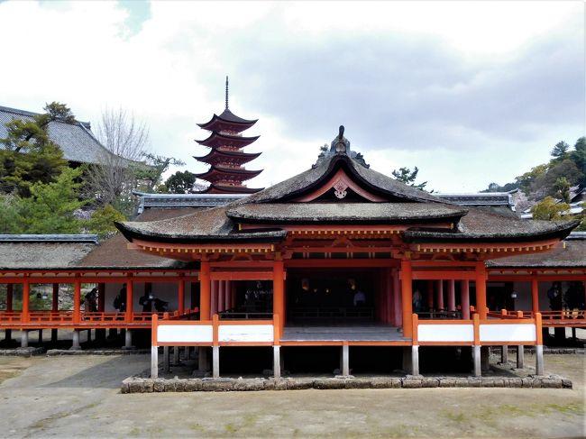 ツアーで広島県の宮島と山口県岩国市の錦帯橋に行きました。<br /><br /> こちらは宮島口からフェリーに乗り宮島に移動、早めのランチ、厳島神社参拝までを掲載しています。<br /><br />日曜日だったのと桜の季節なのですごい人でした。<br /><br />厳島神社の御社殿の創建は推古がんねん(593)で、仁安3年(1168)に平清盛公が現在の規模に造堂。 <br />平成8年(1996)12月にユネスコの世界文化遺産に登録されている。<br /> 宮島は昔から神の島として崇めらていたので御社殿を海水のさしひきする所に建てたと言われています。<br /><br />