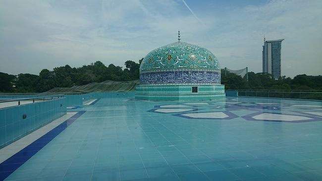 マイルが期限切れになりそうだったので、イスラム美術とコロニアル建築の宝庫・マレーシアへ行ってきました!<br />女ひとり旅です。<br />イスラム美術が大好きなのでモスクを沢山見学しています。<br />クアラルンプールへ入国し、バスでマラッカへ移動、最後はバスでシンガポールへ出国しました。<br />備忘録のため費用も合わせて記録しておきます(*^^*)<br /><br /><br />旅行記[1]https://4travel.jp/travelogue/11466155<br />1日目…羽田⇒クアラルンプール(NH885)<br /><br />旅行記[2-1]https://4travel.jp/travelogue/11476403<br />2日目…プトラジャヤ観光<br />[ピンク・モスク、首相官邸]<br /><br />旅行記[2-2]https://4travel.jp/travelogue/11476698<br />2日目…クアラルンプール観光<br />[チャイナタウン、スリ・マハ・マリアマン寺院、関帝廟、ペタリン通り、国立繊維博物館、KLシティギャラリー、ムルデカ広場、旧連邦事務局ビル、セント・マリー聖堂、旧最高裁判所、ジャメ・モスク]<br /><br />旅行記[3-1]<br />3日目…クアラルンプール観光<br />[クアラルンプール駅、マレー鉄道公社ビル、国立モスク、イスラム美術博物館]<br /><br />旅行記[3-2]<br />3日目…クアラルンプール観光<br />[セントラル・マーケット、KLタワー、スリアKLCC、KLCC公園、ペトロナス・ツイン・タワー]<br /><br />旅行記[4]<br />4日目…シャーアラム観光、クアラルンプール観光<br />[ブルー・モスク、チャイナタウン、『金蓮記』、ブキッ・ビンタン、『Giant』]<br /><br />旅行記[5-1]<br />5日目…クアラルンプール⇒マラッカ、マラッカ観光<br />[ミドル・バーグ要塞、セント・ポール教会、オランダ広場、マラッカ・キリスト教会、スタダイス、セント・フランシス・ザビエル教会]<br /><br />旅行記[5-2]<br />5日目…マラッカ観光<br />[ハーモニーストリート、青雲亭、カンポン・クリン・モスク、ジョンカーストリート、ヒーレンストリート、『HOGAティーハウス』、ナイトマーケット]<br /><br />旅行記[6]<br />6日目…マラッカ観光、マラッカ⇒シンガポール<br />[ストレイツ・モスク]<br /><br />*****<br /><br />2019/04/01~04/06<br />マレーシア(クアラルンプール・マラッカ)<br />5泊6日<br />ホテル4泊+機内泊1泊<br />25,588円<br />