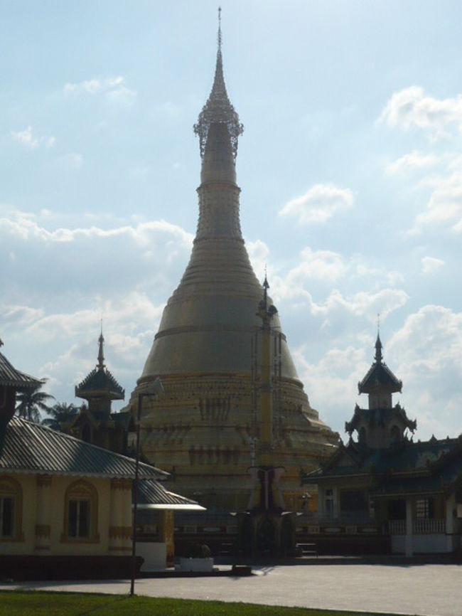 ミャンマーにおいては、国民の約90%以上が、仏教徒です。<br />キリスト教徒キリスト教が約6%、イスラム教約4%程度、やはり仏教が主体です。<br /><br />ミャンマーで信仰されている上座部仏教は、仏教の分類のひとつであり、<br />スリランカを原点として、ミャンマー、タイ、カンボジア、ラオスに広まっています。<br />上座部仏教は、小乗仏教と呼ばれることもありますが、東アジア、チベット、ベトナムへ伝わった大乗仏教とは異なる歴史経過をたどっています。<br /><br />釈迦在世の仏教において、出家者に対する戒律は、多岐にわたって定められていましたが、釈迦の死後、仏教が伝播すると当初の戒律を守ることが難しい地域などが発生し、仏教の伝播とともに、食慣習等の違いから、戒律の解釈について意見が分かれることとなり、変更を支持する者と反対する者にわかれました。<br />きびしい戒律維持を支持したグループが、現在の上座部仏教に相当していると言われています。<br />いずれにしても、ミャンマーでは、出家したものに対して、出家していない在家の者が、敬虔な徳を積むことが、求められています。<br />ミャンマーを始めとして、仏教が崇拝されている理由の一つだと感じられます。<br /><br />ミャンマーにおける寺院の荘厳さは、敬虔な信心の気持ちの発露なのでしょう。<br />