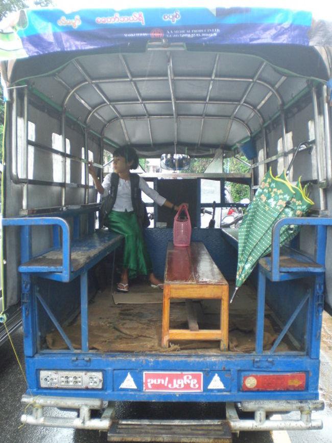ミャンマーの地方都市ダーウェーは、ミャンマーの中では、中規模の都市と言えるでしょう。<br />ダーウェーの市内を走る鉄道はありませんので、市内で利用できる交通機関は、車両による移動のみです。(鉄道線路は、郊外にあります。)<br />他の都市で見られるタクシーのような乗り物は、ほとんど見られませんでした。<br /><br />市内での移動は、乗り合いのバスが主体です。<br />その他は、バイクタクシーです。<br /><br />乗り合いバスは、一部、大型ラックを改造した大きめのバスもありますが、一般的には、オートバイの後ろにトラックの荷台を連結させ、荷台に座席を付けたもので、タイのソンテウのようなものです。<br /><br />写真は、オートバイに荷台を付けた乗り合いバスの後部座席の様子を見ているものです。<br />ダーウェー市内でよく見かけました。<br /><br />雨の多いダーウェーでは、風のある日でも、横からの雨水が入ってこないように、側面にシートが張られています。<br /><br />ダーウェー市内では、この他にも、バイクタクシーも良く利用されています。<br />いずれも、庶民の足として重用されているようです。<br />