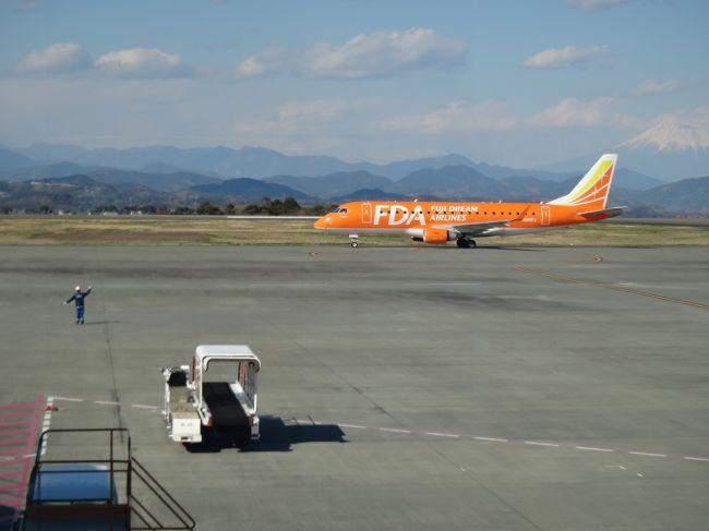 昨年末の長崎とハウステンボスツアーはちょっと疲れた!<br />ツアーはもう無理かな?って思っていたのに・・・<br />新聞広告で、北九州空港便、就航記念、富士山静岡空港発着の文字につい惹きつけられた。<br />お値段は2泊3日で何と5万円。<br />以前、熊本城へ行ってみたいと、JR新幹線利用の旅をちょっと調べていたら、JR東海ツアーが出している交通費とホテルだけの<br />格安ツアーでも1泊2日で45000円、2泊3日になると軽く5万円を超えてしまう。飛行機とレンタカーは運転が怖いし・・・<br />そのことを考えたら、食事込み、観光バスのツアーは格安。<br />内容は夕方の便で北九州空港から別府へ、翌日は九州を横断して、3日目は北九州をぐるりと回って空港へ戻るコース。<br />由布院、高千穂峡、天草、熊本城、柳川、吉野ヶ里と行きたかった所が入っている。<br />九州7県中5県を巡る九州横断の旅。<br />旅行好きの母はいろいろと回ってはいるけれど、高千穂峡は行ったことが無いという。<br />バスに乗っているだけの方が体力の無い私たちにはむしろ好都合で申し込み。<br />ひとり2000円高い、桜が期待できる初就航便にするか、2日遅れの便にするか、迷ったけれど安い方を選択。<br />桜前線の便りを聞いては、ケチったことをちょっと悔やんだり・・・<br />出発の時、東京上野公園は散り始め・・・<br />熊本は静岡より暖かいそうだし・・・<br /><br />