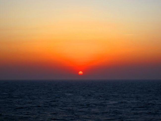 楽しみにしていた東北旅行の直前、旅行後半に名古屋での仕事が入った。う~ん。でも、マイ車での旅をそのまま決行することに。<br />そしてひらめいた!最後、名古屋には車を積んでフェリーの船旅をしよう。<br />幸い船室も予約とれ、旅の後半は、大海原の素敵な夕暮れシーンにも出会うことができました