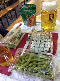 寿司と枝豆をアウグスティナーケラーのビアガルテンに持ち込んで5度目のエーデルシュトフぐびぐび!