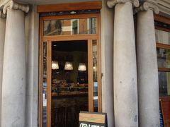 バルセロナを歩く (2.6) ブライ通りは「ピンチョス通り」。バーからピンチョスが呼んでいる。