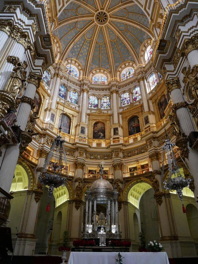 観光最終日のこの日、終わってみれば朝は教会ばっかり見ていたことに今更ながら気づく。<br />アルハンブラ宮殿があまりにも有名なグラナダだけど素晴らしい教会も多いということに観光していて気づいた。<br />でもあまりグラナダの教会の情報がないので教会の成り立ちなど詳しい事がわからないのが辛いところ。<br />英語のオーディオガイドちゃんと聞けばいいんだろうけど…旅も最終日になるとしんどくって英語を聞いて理解する力が格段に落ちると思う。<br />私だけなんだろうか?<br />まぁ元々あんまり英語得意じゃないんだけど頑張って聞こうという気が全くなくなっちゃうんだよね。<br />それでは最終観光の旅行記をどうぞ。