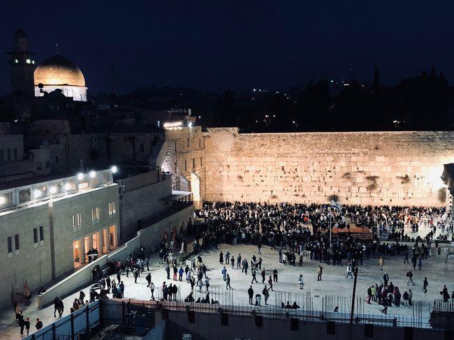 もはや恒例になりつつある半期末にお休みをいただき一人旅へ。<br />場所は前々から何となく気になっていたイスラエル。<br /><br />理由としては<br />・意外に前から宗教は結構興味があったりしたから<br />・世界の中心と言われる場所の1つだから<br />・たぶん治安的に行きづらい地域であり、自分の状況としても今くらいしか行けなさそうだから<br /><br />日本にいては絶対感じられない宗教の感覚、聖地の感覚、文化を求め旅に行きました。<br />世界を知るには、ここに来るべきだなと強く感じた、とても勉強になった、いろいろ感じた旅になりました。<br /><br />世界は広い!!!<br /><br />日程は下記。<br /><br />3月20日:成田出発→香港→テルアビブ(機内泊)<br />3月21日:テルアビブ到着→エルサレム観光<br />3月22日:マサダ・死海観光 ※夕方からシャバット<br />3月23日:ベツレヘム・エルサレム観光 ※夕方までシャバット <br />3月24日:ミツペ・ラモン移動・観光<br />3月25日:エルサレム移動・観光<br />3月26日:テルアビブ→香港→羽田(機内泊)<br />3月27日:羽田到着