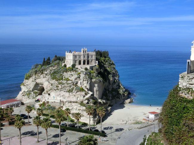 私にとって初めての「長い休暇」いろいろな方たちと触れ合いながら、早春の南イタリアを駆け抜けた。<br />3/12 成田発イスタンブール経由<br />3/13 ラグーザ<br />3/14 シラク―サ<br />3/15 カターニア<br />3/16 トロペア<br />3/17 ロッサーノ<br />3/18 モラーノ・カラブロ<br />3/19~20 チェントラ(パリヌロ)<br />3/21 カステッラバーテ<br />3/22~24 サレルノ<br />3/25 イゾラ・ディ・プロチダ<br />3/26 ナポリ<br />3/27 ナポリ発イスタンブール経由<br />3/28 成田着