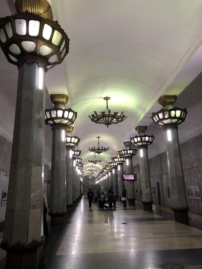 タシケントの二日間は、地下鉄構内めぐりと、チョルスー・バザールが主な目的。以前、モスクワの地下鉄構内を廻って、その美しさにため息だったので、中央アジアで唯一のタシケントの地下鉄構内が美しい!と言うのを、とても楽しみにしてました。何より、去年から、そこを写真を撮るのがOKになったのが嬉しい。<br /><br />タシケントの地下鉄は、3路線29の駅があるけど、全部廻った!電車を降りて感動して写真を撮って、また電車に乗って・・、次の駅がたいしたことなかったら、そのまま乗って次の駅に行こう、と思ってたのに、どこでも降りずにはいられなかった。<br /><br />メトロは、一回1200スム、20円足らずくらい。駅構内には、今でも、監視の警官が何人かいるし、監視カメラなんかもあるだろうから、あまり挙動不審なのも憚られ、時々は、駅の外に出て、また切符買って乗ったりしたけど、私みたいな人はほかに見かけなかった・・、けど、何も声かけられたりすることもなく、タシケント地下鉄廻りを楽しめました。<br /><br />モスクワの地下鉄は、地下深~い、けど、タシケントは浅い。去年6月まで、写真撮影一切禁止だったのは、軍事施設だから、と聞くけど、この深さでも核シェルターとして使うのだったのかな。<br /><br />ここは、ミング・オリク駅。この、レトロな照明、美しい!ここが、地下鉄の駅だなんて!