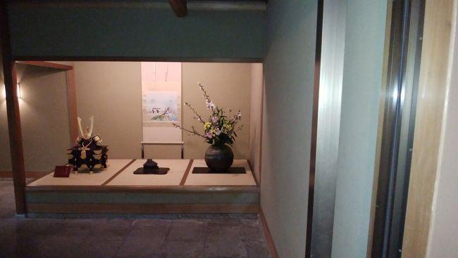 松山城の観光を終えて大雨のなか路面電車で道後温泉へ戻り、今日の宿泊先である「大和屋本店」さんにチェックインしました。<br />こちらは前回内子座へ来た際に宿泊したかったお宿です。<br />芸談で中村七之助さんが「お料理が美味しくて大好きな宿」と話していたので夕食を楽しみにしていました。<br />朝荷物を預ける際に夕食のことを聞いてみると何と満席とのこと。<br />事前に確認しなかったから仕方がないなと思いながら観光に出掛けましたが、チェックイン時に「17時か19時45分スタートなら和食のみですがご用意できます」と言われたので19時45分スタートでお願いしました。<br />17時半からはプランについていた「能楽体験」を楽しみ、ゆっくり温泉を満喫してからお食事を頂きました。<br />美味しい夕食をゆっくり堪能してからお部屋のマッサージチェアで癒されて就寝。<br />翌日は朝5時半からお宿の温泉に入って7時に朝食を頂き、新しく出来た「飛鳥乃湯」へ行きました。<br />こちらも平日の朝ということで空いていてゆっくり過ごすことが出来ました。<br />表紙は大和屋本店さんの玄関の飾りです。<br /><br />