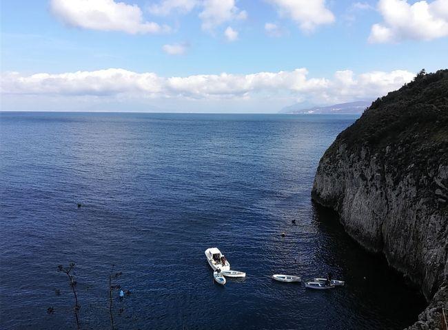 ナポリから日帰りでカプリ島に行き、バスで青の洞窟まで行きました。実際洞窟にいる時間は3分くらいじゃないかととても短かったが、やはり強く印象に残りました。たどり着くまで複数の交通手段を使いました