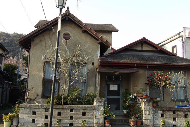由比ガ浜通りにある和洋折衷の家は古く見え、関東大震災(大正12年(1923年))後に建てられた家であろう。由比ガ浜通りの商家と同じ間口に洋館と日本建築の和館が並んで建っている。それも、洋館と和館がいずれも平屋建てである。由比ガ浜通りの裏通りにある和洋折衷の家とは異なり、庭もなく、一定の間口の狭い敷地にたっているのは復興住宅であったからであろうか?<br /> 裏手の2階屋は屋根続きではないが、軒続きである。おそらくは、最初に手前の由比ガ浜通り沿いに平屋で和洋折衷の家を建て、その後に2階屋を増築したのではないだろうか?<br />(表紙写真由比ガ浜通りにある和洋折衷の家)