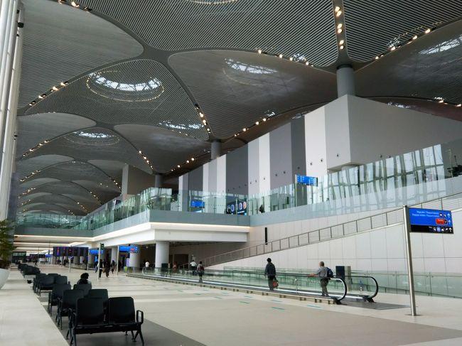 準備期間4日でトルコ行きを決めた。<br /> 観光地については現地で何とでもなるが空港からの足はちゃんと調べておかないと不安だ。諸々の情報はガイドブック「地球の○○」でほぼほぼ済ませたが、イスタンブール空港はこの4月から本格運用された真新しい空港。2016~2017年版ガイドブックは全くあてにならないし、ネット情報も薄めだ。<br /> それでもまあ国際空港なんだから何とかなるだろう。イスタンブール市街地へのシャトルバスのサイトだけは確認し、その終点がある地区にホテルを確保。こんな感じで挑んだ新空港。果たしてその結果は!?