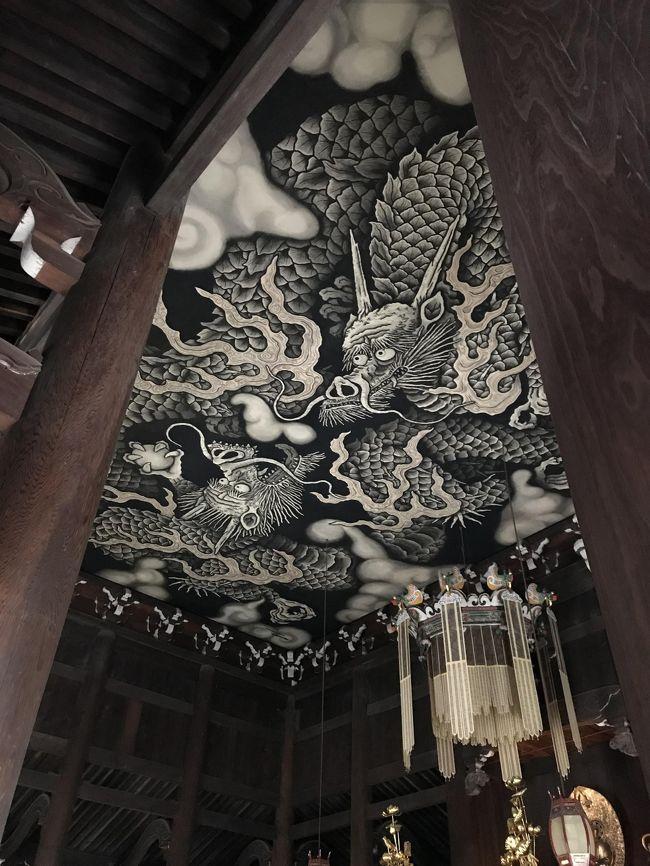 書きかけて忘れていました・・・。<br />貴船よりさきに行っているし、なんだったら旅行記も先に書いてます・・・。<br /><br />2019年は何回京都に行けるでしょうか。この時は後輩に会いに行きました。<br />雪がすごくて日帰りの予定が1泊旅になりましたが、2日目にふらっと寄った建仁寺で冬の特別拝観が行われていて、お茶席も入れたのでよかったです。京都は本当にいつ行ってもいいですね。