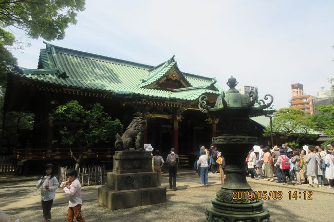 ゴールデン ウイークも後半に入りました。5月3日・文京区の「根津神社・つつじ祭り」に出掛けました。このお祭りは有名で第50回になります。お天気が良かったので初めてですが行きました。「根津神社」の参拝も初めてです。東京は広いですね。「浅草寺病院」で生まれて育ったのに、今まで一度も行かなかったなんて本当に東京は広い。<br />「根津神社」も広い。神社の境内は、参拝者・観「ツツジ苑」の観光者で賑わって(大混雑)いました。お祭り本部の方にお聞きしました。「今日だけで10万人位の人出出すか ?」・・・「今日はそんなには・・・27日から6日までやりますから累計では・・・」。「亀戸天神」でも人出は多かったけれど・ここでも・・・。「安・近・短・75%の庶民は堅実ですね。<br />お祭りの定番・沢山の屋台(100軒位)も出ています。「ツツジ祭り」は5月6日までです。<br /><br />