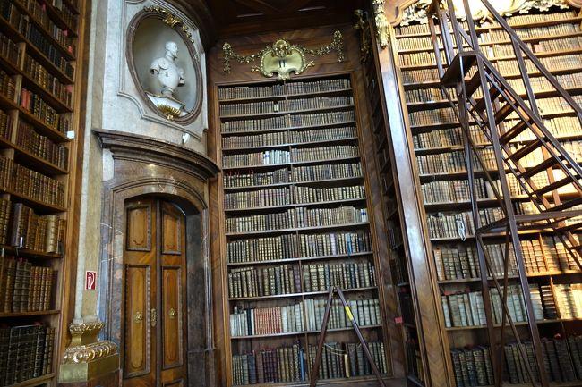 ナッシュマルクトで朝食を摂り、ホーフブルクへやってきました。<br />目的はアウグスティナー教会で安置されているハプスブルク家歴代の心臓を見学することと、世界で一番美しいと言われている国立図書館のプルンクザールを見ることでした。<br />心臓安置所は私の情報収集不足のため、あえなく沈没。<br /><br />しかし、世界一美しい図書館ってどんなもの?<br />余り期待しないで興味優先で訪れた図書館の、あの目が醒めるような豪華絢爛な広間と、美しく並べられた膨大な数の蔵書には感激しました。<br /><br />そして、ここにもナチスのアンシュルスによる暗い時代がありました。<br /><br />2018年、ウィーン国立図書館は、開館650年と言うことで、通常は見ることができない貴重な資料を見ることができました。<br />例によって、私の拙い研究発表です。間違い・勘違いなどありましたら、ご指摘くださるとうれしいです。<br />
